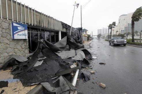 La oficina del Servicio Postal en Daytona Beach, Florida, perdió parte del techado por la fuerza del huracán Matthew, el viernes 7 de octubre del 2016. Matthew fue degradado a categoria 3 y avan ...