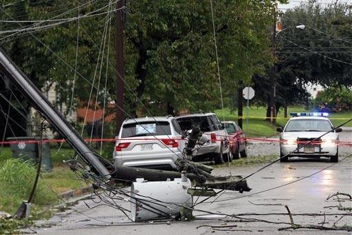 Un poste y líineas de electricidad cayeron al suelo en la calle 21 cerca de  Chestnut Avenue, por la fuerza del huracán Matthew, que dejó a miles sin servicio eléctrico en Newport News, Virgin ...