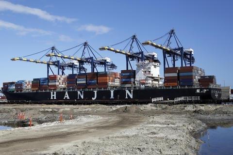 Un barco carguero se ve aquí en el puerto de Los Angeles, el 13 de septiembre del 2016. La relación comercial entre las naciones del Pacífico es una de las más dinámicas. (AP Photo/Reed Saxon).