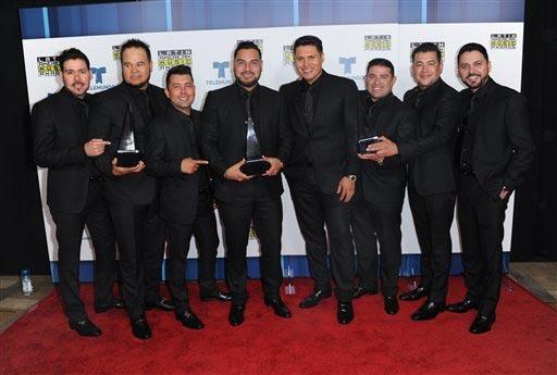 """Banda Sinaloense MS de Sergio Lizarraga posa con su premio de canción regional mexicana de """"Banda Sinaloense"""" en los Premios Latin American Music Awards, el 6 de octubre del 2016 en Los Angeles.  ..."""