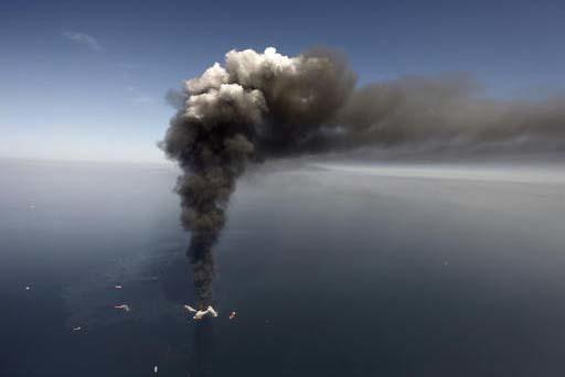 En esta foto de archivo de Abril 21 del 2010, se muestra la enorme columna de humo de la plataforma petrolera de la empresa BP, accidentada en el Golfo de México.  El tema es llevado al cine con  ...