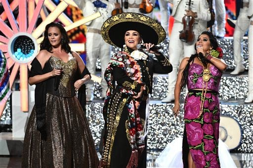 Shaila Durcal, desde la izquierda, Aida Cuevas y Lila Downs cantaron canciones de Juan Gabriel en tributo al cantautor recién fallecido, en los Premios Latin American Music Awards en el Dolby The ...