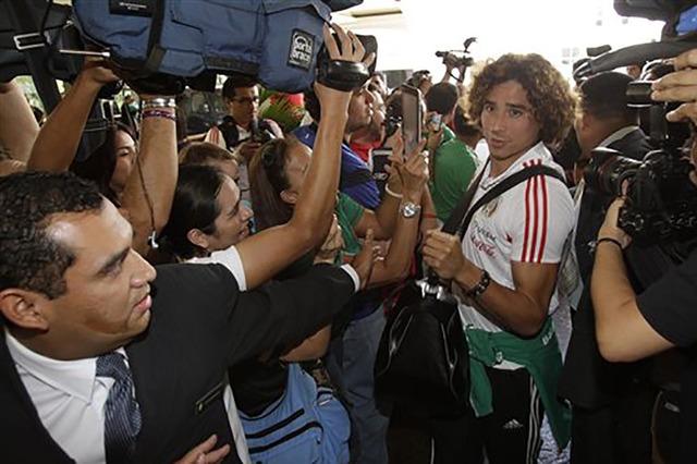 """Guillermo """"Memo"""" Ochoa, portero mexicano, es entrevistado por la prensa de El Salvador en esta foto de archivo.  (Foto AP/Luis Romero)."""