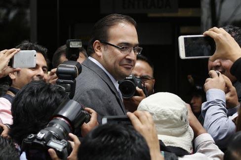 El gobernador saliente de Veracruz, México, Javier Duarte, aparece aquí en una foto de archivo el 5 de agosto del 2016 en la Ciudad de México a la entrada de la Procuraduría General de Justici ...