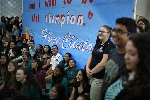 Estudiantes de la Rancho High School esperan el 5 de mayo del 2015, en Las Vegas, la visita de la entonces precandidata presidencial Hillary Clinton. (Foto archivo AP/John Locher).