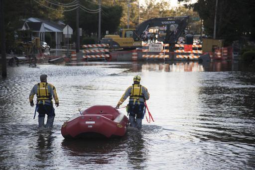 Miembros de un equipo de rescate caminan por una de las calles inundadas en Lumberton, Carolina del Norte, el pasado 10 de octubre del 2016. (AP Photo/Mike Spencer).