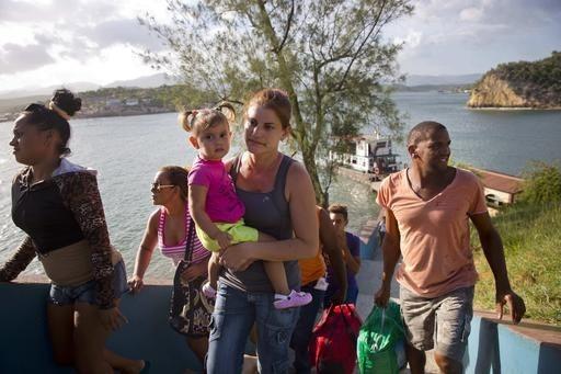 Cubanos acuden en busca de refugio en Santiago de Cuba, ante la inminente llegada del huracán Mateo, el domingo 2 de octubre del 2016. Se le considera uno de los huracanes más poderosos de la hi ...