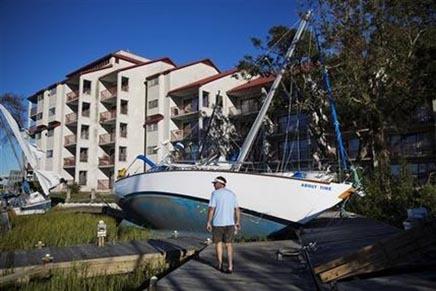 Dos botes arrastrados a la costa cerca de la Marina de Palmetto Bay tras el paso del huracán Matthew en Hilton Head, South Carolina, el domingo 9 de octubre de 2016. (AP Foto/David Goldman).