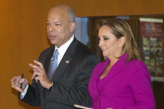 Jeh Johnson, izquierda, habla con Claudia Ruiz Massieu, secretaria de Relaciones Exteriores en la Ciudad de Mexico, el 11 de octubre del 2016. (AP Photo/Eduardo Verdugo).