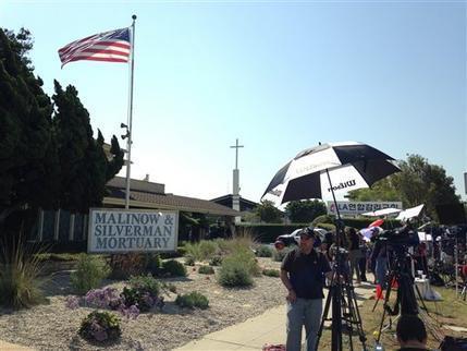 Docenas de admiradores y periodistas esperaban afuera de la casa funeraria Malinow & Silverman Mortuary en Los Angeles el lunes 29 de agosto. Los restos del cantante y compositor mexicano Juan Gab ...