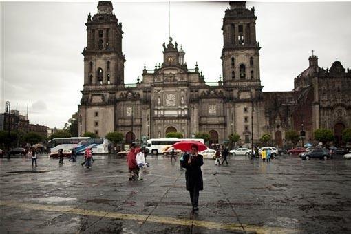 """Plaza Central en la Ciudad de México, con """"La Catedral"""" al fondo, en un dia lluvioso. (Foto Archivo AP/Ivan Pierre Aguirre)."""