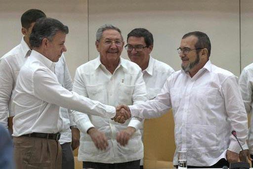 En esta foto de archivo, el 23 de septiembre del 2015 en la Habana, el presidente de Cuba, Raúl Castro (al centro), sonríe al ver el saludo del presidente de Colombia, Juan Manuel Santos (a la i ...