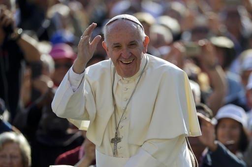 El Papa Francisco saluda a la gente a su llegada a la Plaza de San Pedro, en la ciudad de El Vaticano, el 28 de septiembre del 2016.  (AP Photo/Andrew Medichini).