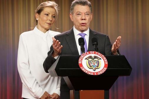 El Presidente de Colombia, Juan Manuel Santos, con su esposa Maria Clemencia Rodriguez al lado, habla a la prensa en el palacio presidencial en Bogotá, Colombia, el viernes 7 de octubre del 2016. ...