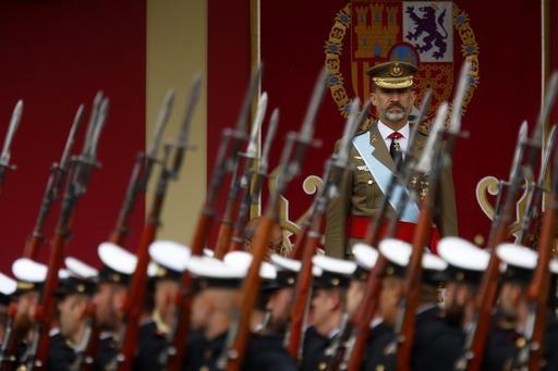 """El Rey Felipe de España atiende el desfile por el """"Día de la Hispanidad"""", el 12 de octubre del 2016 en Madrid, España. Más de tres mil soldados marcharon, además que aeronaves militares sobre ..."""
