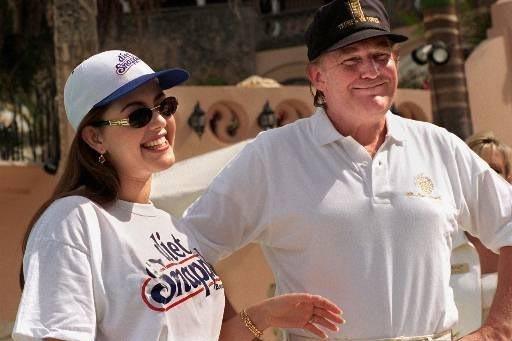 Alicia Machado, en su papel como Miss Universo, aparece en esta foto de febrero 15 de 1997, con Donald Trump en Palm Beach, Florida. Machado había sido criticada por subir de peso y en esos días ...