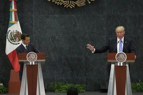 El presidente de México, Enrique Peña Nieto (izquierda) recibió en visita a Donald Trump, candidato republicano a la presidencia de los Estados Unidos. (AP Photo/Marco Ugarte).