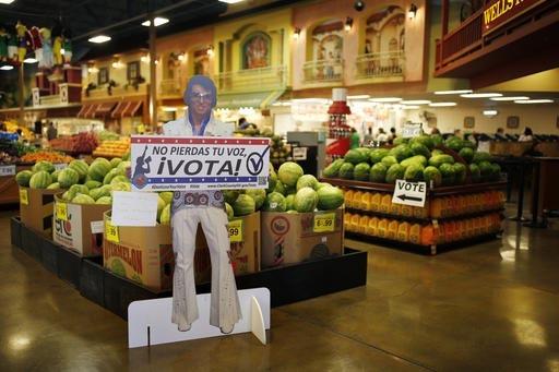"""En esta foto de archivo, del 10 de junio del 2016, en el supermercado Cárdenas en Las Vegas, una propaganda con la figura de cartón de Elvis dice """"No pierdas tu voz, vota"""". Según la agencia AP  ..."""