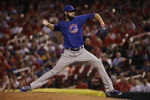 El pitcher Jason Hammel, de los Chicago Cubs, tira la bola en el primer inning del juego contra los Cardenales de San Luis, el pasado martes 13. (AP Photo/Jeff Roberson).