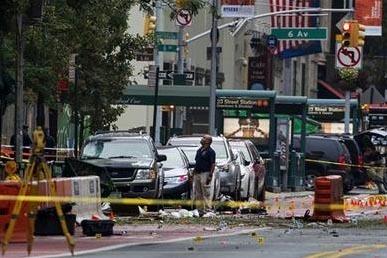 Investigadores trabajan en la escena luego de una explosión el sábado 17 en el barrio de Chelsea, en Manhattan, Nueva York, . (AP Foto/Craig Ruttle).