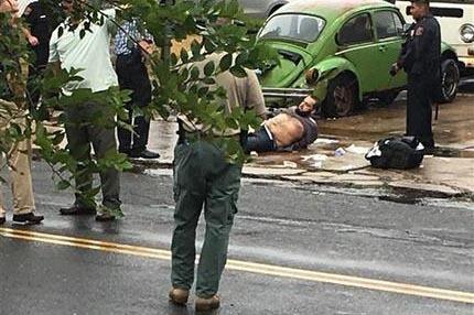 Ahmad Khan Rahami (yace en el suelo) en el momento de su detención tras una balacera con la policía el 19 de septiembre de 2016, en Linden, New Jersey. Rahami era buscado para ser interrogado po ...