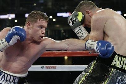 """Saúl """"Canelo"""" Alvarez,a la izquierda, gano su combate contra Liam Smith, en Arlington, Texas., el 17 de septiembre. (AP Photo/LM Otero)."""