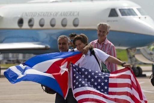 Pasajeros del vuelo 387 de la aerolínea JetBlue de Estados Unidos a Cuba, celebran en Santa Clara lo que fue el primero comercial de pasajeros en cincuenta años. (AP Photo/Ramon Espinosa).