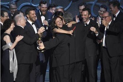 """David Mandel abraza a Julia-Louis Dreyfuf, en el centro, al recibir con el resto del elenco y equipo de """"Veep"""" el Premio Emmy a la mejor serie de comedia, el domingo 18 de septiembre del 2016 en e ..."""