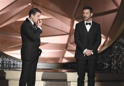 El actor Matt Damon, a la izquierda, y el anfitrión Jimmy Kimmel aparecen en el escenario durante la ceremonia de los Premios Emmy, el domingo 18 de septiembre del 2016 en el Teatro Microsoft de  ...