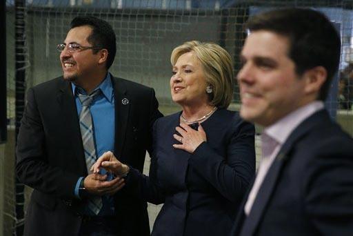 El asambleísta estatal Edgar Flores (izquierda) aparece aquí con la aspirante presidencial demócrata Hillary Clinton durante una visita a Las Vegas Indoor Sports Center el sábado 13 de Febrero ...