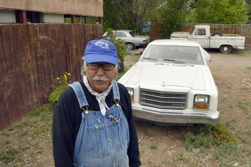 El granjero Santiago Maestas, de 67 años de edad, en foto de archivo en mayo del 2015, supervisa sus tierras en el Valle sur de Alburquerque, Nuevo Mexico. (AP Archivo Poto/Russell Contreras).