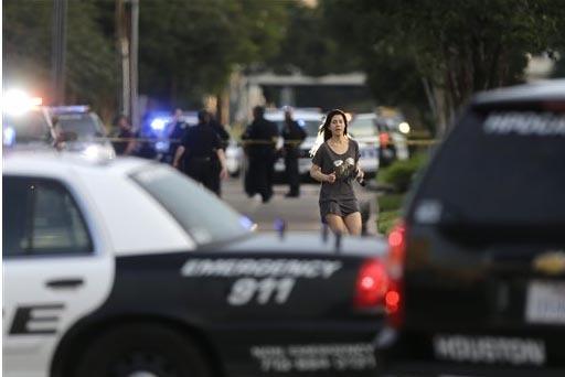 Jennifer Molleda corre por la calle Wesleyan Street para encontrase con su esposo Alan Wakim, quien se salvó de recibir dos disparos en el rostro cuando iba conduciendo su camioneta por la calle  ...