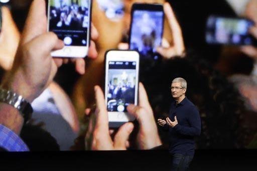 Tim Cook, jefe de Apple, dio conocer en San Francisco, California el nuevo iPhone 7.  (AP Photo/Marcio Jose Sanchez)
