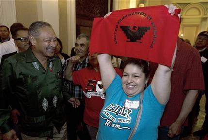 Esta foto de archivo del 29 de agosto del 2016 muestra a Maríz Ceja, derecha, y otros campesinos mientras celebran afuera de la cámara de asambleistas, luego que legisladores aprobaran un medida ...