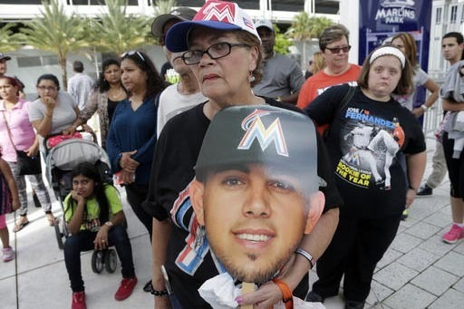 Zoraida Martinez sostiene una foto de cartón del pitcher Jose Fernandez del equipo de Béisbol Miami Marlins, quien falleció en un accidente.  (AP Photo/Lynne Sladky).