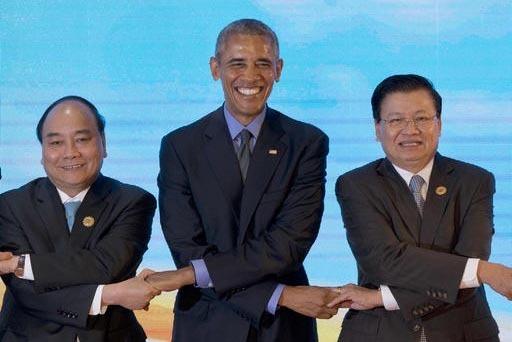 Barack Obama, presidente de los Estados Unidos de Norteamérica (al centro) sostiene las manos de líderes de paíse asiáticos. Desde la izquierda: Primer ministro de Vietnam, Nguyen Xuan Phuc, y ...