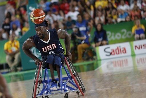 Matt Scott, de Estados Unidos, controla el balón en competencia de básquetbol contra Brasil, en las paralimpiadas de Rio 2016. (AP Photo/Silvia Izquierdo).