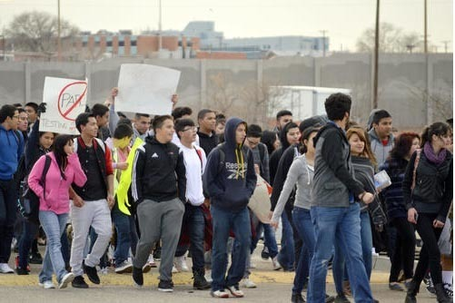 El crecimient de la poblacion latina en los Estados Unidos decrece. En esta foto de archivo del 2015 estudiantes de Nuevo Mexico, en su mayoría latinos, protestan por nuevas pruebas académicas.  ...