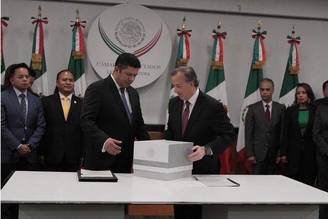 El secretario de Hacienda y Crédito Público, José Antonio Meade Kuribreña (a la derecha), entregó a la Cámara de Diputados el paquete económico 2017. (FOTO/NOTIMEX/GUILLERMO GRANADOS).