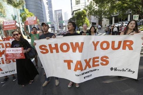 Un grupo de manifestantes marcha en calles del centro de Miami, el pasado 16 de septiembre, con mantas y pancartas pidiendo al candidato republicano Donald Trump que de a conocer sus declaraciones ...