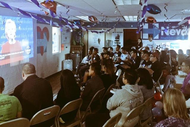 La Campaña de Hillary Clinton reunió a jóvenes estudiantes, legisladores estatales, activistas y vecinos del Este de Las Vegas para ver el primer debate presidencial entre la candidata demócra ...