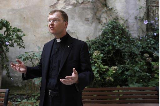 El reverenso Hans Zollner al momento de hablar con AP el 12 de septiembre, sobre la Comision del Papa Francisco para Abordar el tema del abuso sexual. (AP Photo/Gregorio Borgia).