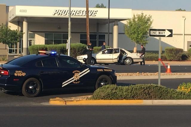 La Patrulla de Caminos de Nevada y la Policia Metropolitana investigan los sucesos acontecidos en la Boulder Highway, donde un agente fue tiroteado y el sujeto que abrió fuego fue muerto en el in ...