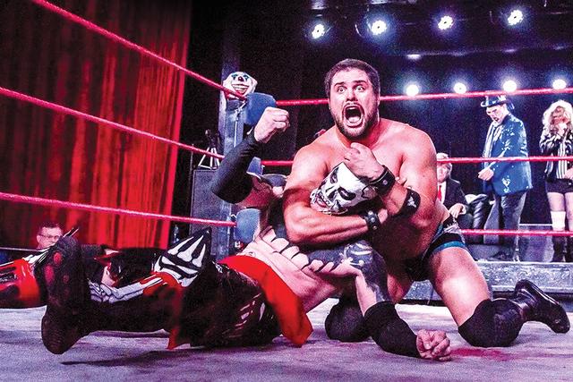 Your Demon King Funnybone vs Lucha Underground Star Marty the MOTH fue una de las peleas más atractivas y divertidas de la noche del sábado 27 de agosto de 2016 en el salón 601 Fremont. Foto Co ...