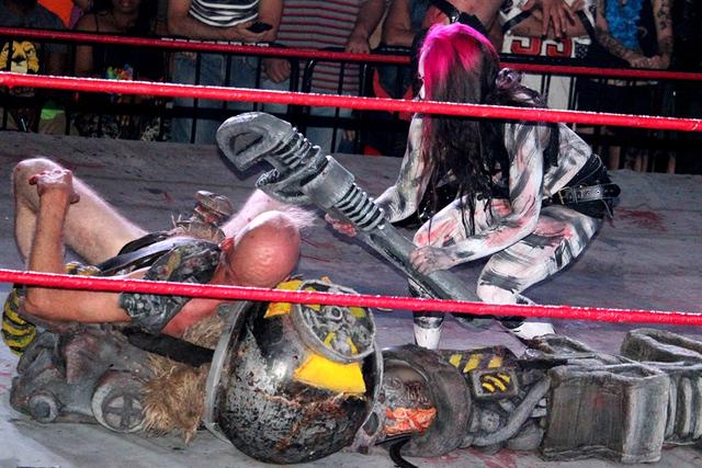 Kreepy Karen enfrentó a Techno Destructo, en una colorida lucha donde se emplearon algunos artefactos de utilería, durante la función ofrecida, el sábado 27 de agosto de 2016 en el salón 601  ...
