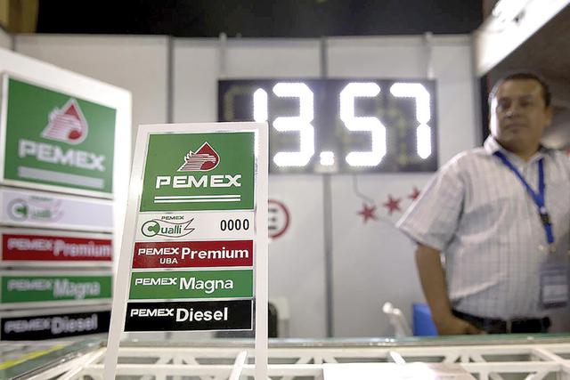Desde el lunes 1 de agosto, el precio de la gasolina en las 11,281 estaciones de servicio que tiene Pemex en el país, aumentó a 13.96 (0.76 dólares), 14.81 (0.78 dls) y 13.98 (0.74 dls) pesos p ...