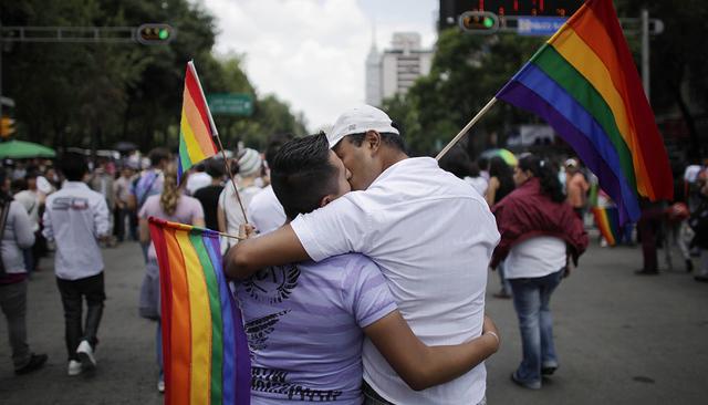 Archivo: Dos hombres se besan durante un marcha gay en la Ciudad Mexico, el sábado 20 de junio del 2009.  (AP Photo/Alexandre Meneghini)