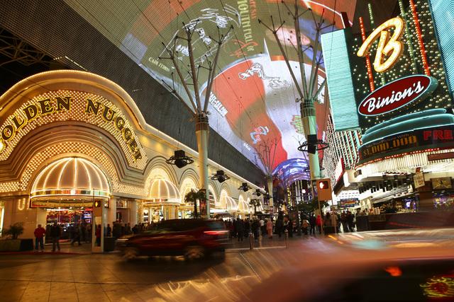 Vista desde el boulevard Casino Center a la Fremont Street Experience, en el Centro de Las Vegas el miércoles 11 de enero del 2017. (Chase Stevens/Las Vegas Review-Journal) @csstevensphoto