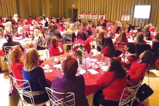 Alrededor de150 personas se reunieron en 'The Smith Center' para conmemorar el 'Mes del Corazón' mediante el evento informativo y de concientización, 'Vístete de rojo y haz latir tu c ...