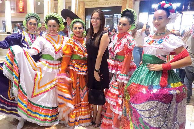 El grupo de danza 'México Vivo' deleitó a los asistentes con sus bailables tradicionales y vestimentas típicas del país azteca. Jueves 15 de septiembre en el hotel y casino Caesars Palace. ...